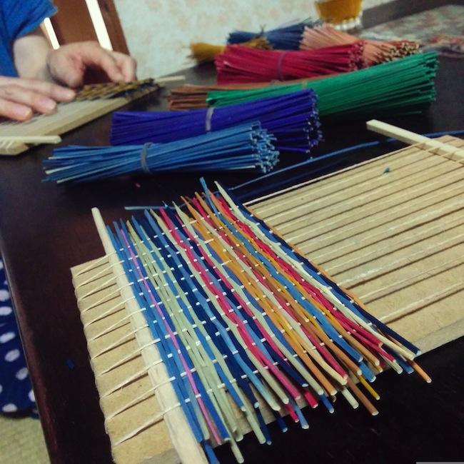 い草の手織りコースター作成中