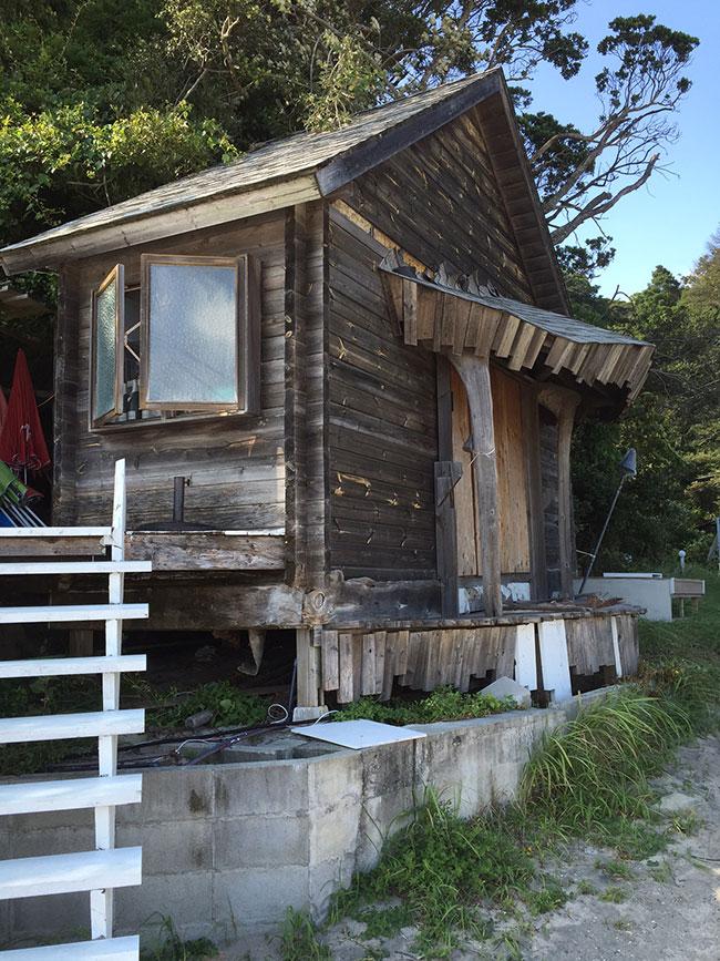ビーチの近くで見つけた小屋