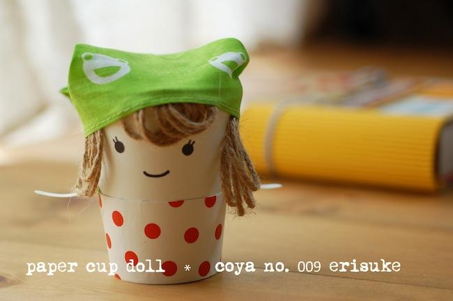 そのままの紙コップと、半分の高さにカットした紙コップを重ねたら着せ替え人形に!髪の毛は麻ヒモ。