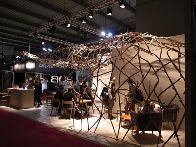 細い枝の構成による鳥の巣のようなデザイン