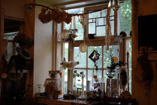 この写真はAT Y's(アトワイズ)さんにお借りしました。アトリエのステキな窓辺。