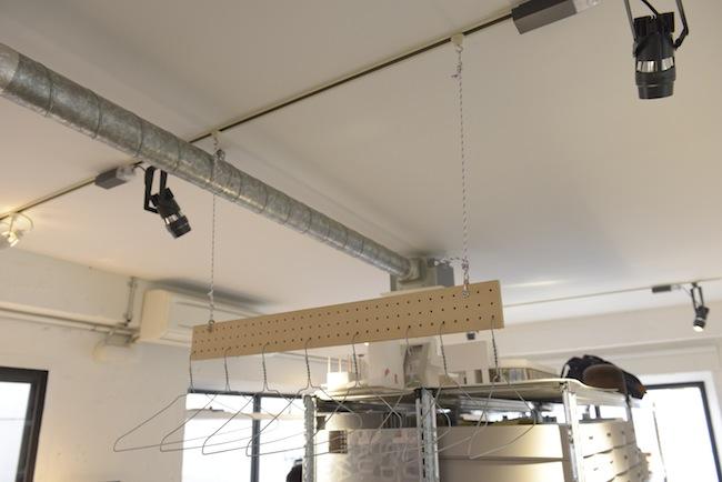 ライティングダクトを利用して吊るしている