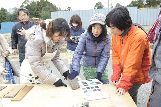 サンプルと色見本を使って、外壁の色を検討する小屋女子