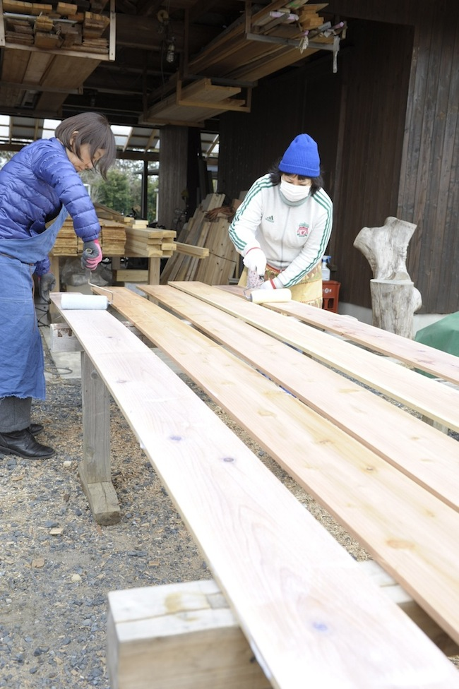 裏面の塗装から。菅沼さんのところで余っていた白色の塗料を活用