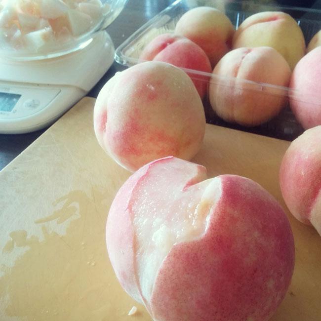 ジャム用に桃をむきます