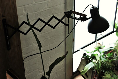 最近DIYされたシザーアームライト。こうした作品はご自分のブログでも公開中だ。