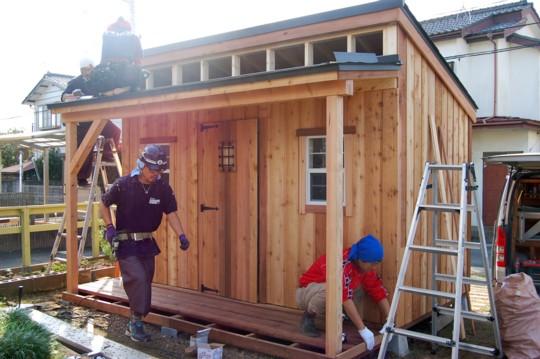 小さな窓と小ぶりなデッキが可愛い!グリーンベルのナチュラルな小屋を小屋女子計画がペイント&スタイリング②
