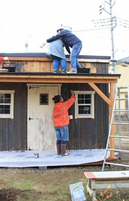 皆さまこんにちは。  小屋ナンバー009、スプンクのえりすけです。   小さな窓と小ぶりなデッキが可愛い!グリーンベルのナチュラルな小屋を小屋女子計画がペイント&スタイリング①  小さな窓と小ぶりなデッキが可愛い!グリーンベルのナチュラルな小屋を小屋女子計画がペイント&スタイリング②  ↑ 前篇は読んでいただけたでしょうか?  さてさてグリーンベルさんに建ててもらった小屋に  ペイントするのは我らが小屋女子!   まずは 塗料がついてほしくない箇所に  マスキングテープを貼って養生します。   今回は、ドアと窓枠のみ バターミルクペイントの白。  それ以外はキシラデコールのシルバーグレイ(水性)を塗ることにしました。