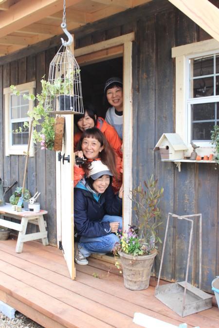小さな窓と小ぶりなデッキが可愛い!グリーンベルのナチュラルな小屋を小屋女子計画がペイント&スタイリング④