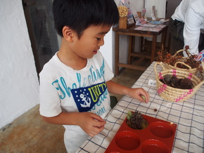 息子と一緒にモノづくりにチャレンジ「ミツロウでつくる香りのワックスバー」