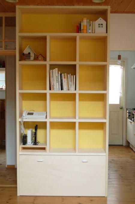 ずっと憧れだった大きな本棚づくりと、リビングと水回りを仕切るドア。