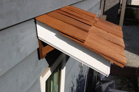 ちょっとの雨なら窓を開けておいても大丈夫!DIYでヒサシをつくったよ。