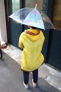 水に強く丈夫なので、傘やレインコートなどのレイングッズにも使用可能です。裾やポケットまわりをデコレーションすれば、簡単にオリジナルを楽しめます。