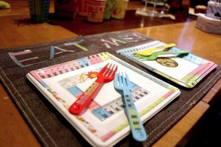 ホー ムパティなどでお菓子を盛る紙皿などをリメイクしました。「イラスト」や「定規」のようなポップな 柄は、ただ紙皿をリメイクするのにもおすすめです。