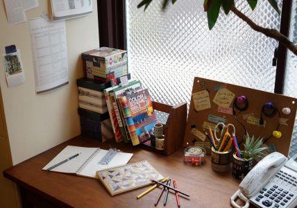 オフィスのデスクまわりやご自宅の勉強机などのステーショナリー類を簡単リメイク。多様なアレンジで自己流にリメイクを楽しめます。はさみいらずで、手でまっすぐ切れる切れ味も使いやすくて重宝します。