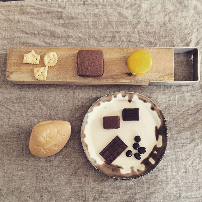 お菓子とカッティングボード