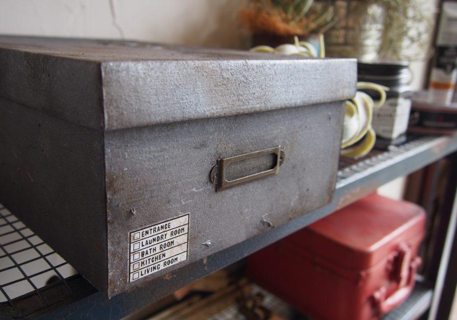 家にある紙の箱をペイントで鉄の箱に大変身♪